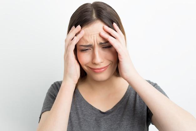 苦しんでいる女性が感情的に泣いています。