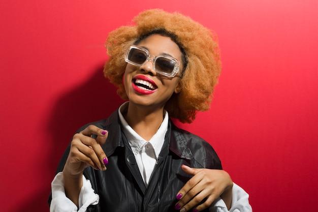 Стильная афро женщина в солнцезащитные очки.