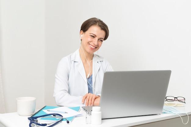 女性医師は患者のオンラインビデオチャットをアドバイスします。