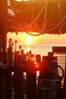 Бар-бар на пляже. закат солнца.