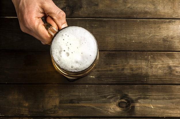 木製のテーブルにビールマグ。