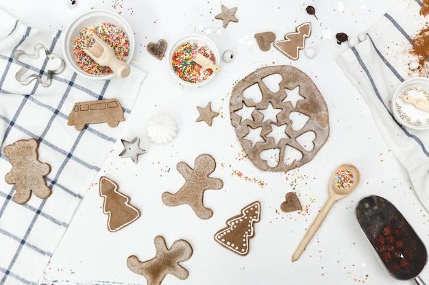 ジンジャーのさまざまな形のクッキーとテーブルの上の菓子もののセット