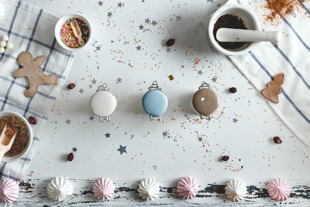 Баночки конфет на столе с печеньем и сладостями