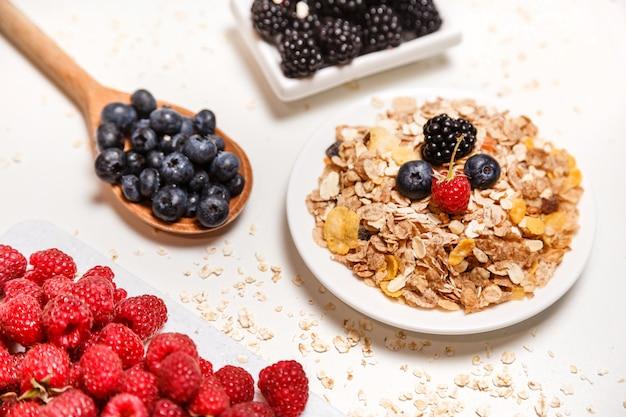 白で隔離される新鮮な果物と健康的な朝食スーパーフードシリアル