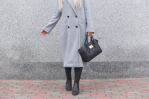 Модная женщина позирует на улице