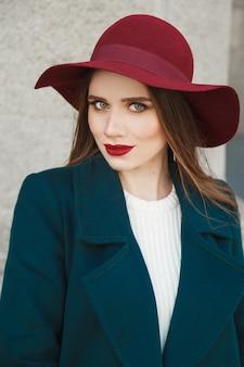 彼女の頭に赤い帽子を持つ女性