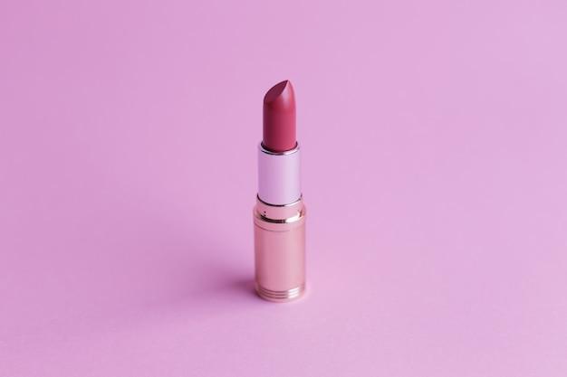 ピンクの背景のファッションの口紅