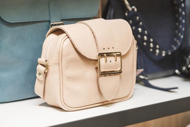 店の棚の上のハンドバッグ。