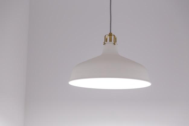 白い壁の背景を持つ白い照明器具。