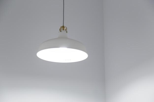 Современная белая люстра на белом фоне