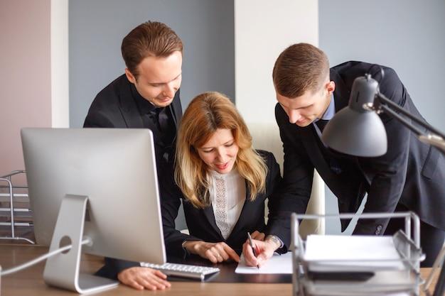 Бизнес-команда на компьютере в офисе