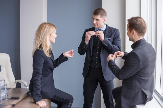 女性の上司が職務を委任します。一緒に働くビジネス人々