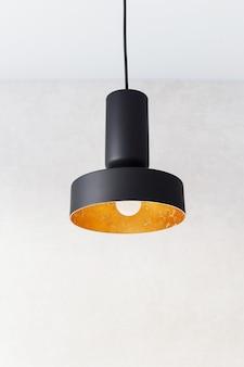 Подвесные светильники из черного металла, украшенные золотой фольгой.