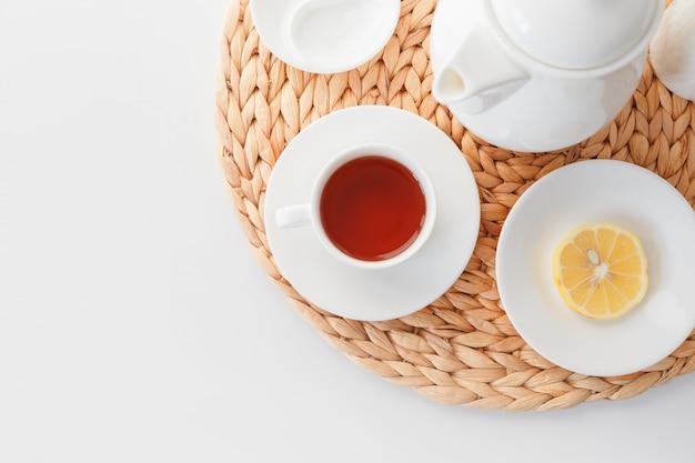 ミニマルな北欧スタイルのお茶セット。孤立した背景に白い皿。上からの眺め。