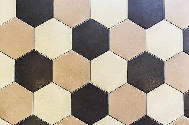 カラフルな大理石の六角形のタイル。ベージュとブラウン