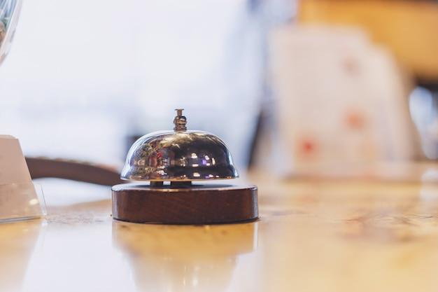 テーブルの上のサーヴィスベル。ビジネスコンセプト今日のホテル、キッチン、バーでのお食事をお楽しみください。