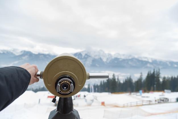 あなたは山を見るために単眼鏡を使うことができます