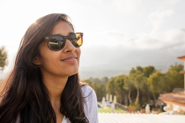 幸せと笑っている若いインド人女性