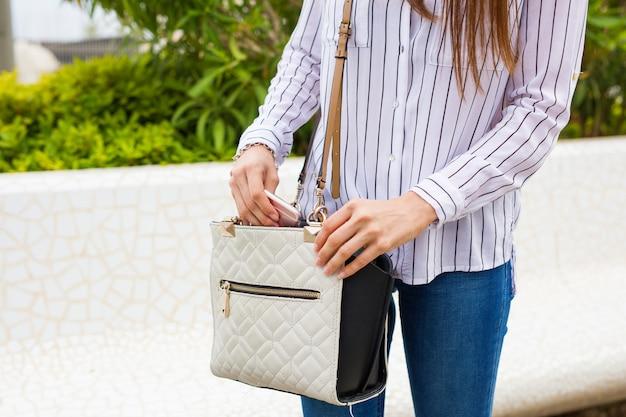 街でバッグを着た若い女性