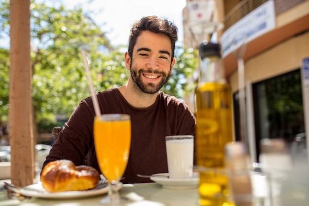 朝食を持っている若い男