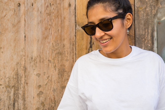 Молодая женщина смеется и счастлива