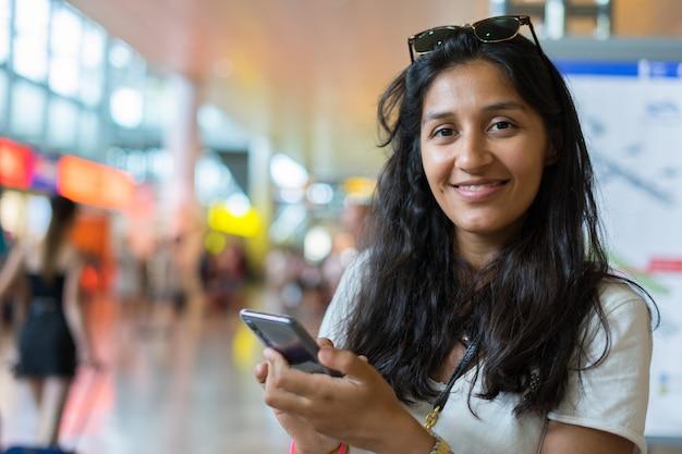 メッセージを入力する若い女性