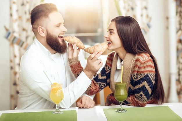 レストランで幸せな若いカップルの肖像画