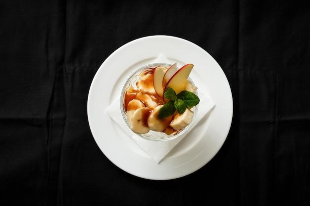 ガラスのトップビューアイスクリームデザートバナナアップル