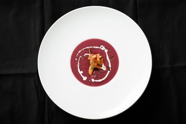 イカ料理と赤いクリームスープのトップビュー