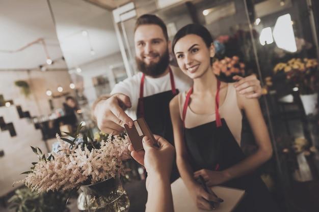 女の子は花の花束の花束を買うために支払う