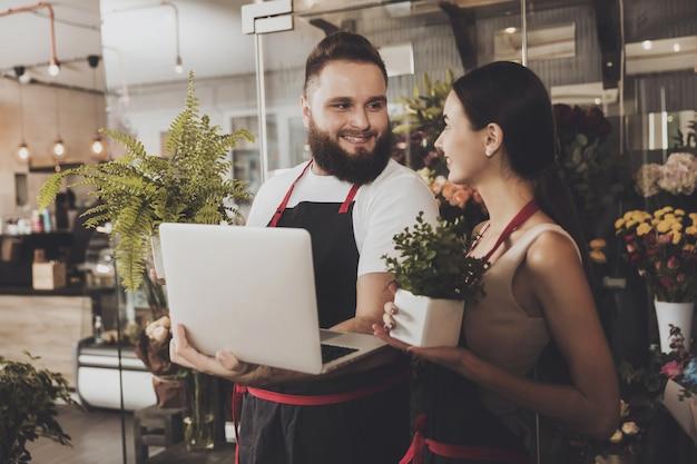 花屋の男性と女性を笑顔の肖像画