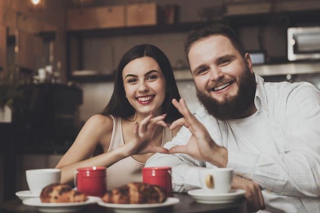 カフェで恋をしているカップルのためのロマンチックなディナー