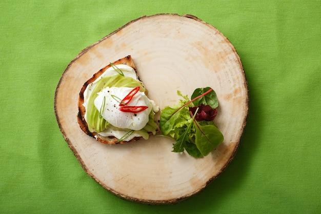 アボカドと卵の食欲をそそるサンドイッチ