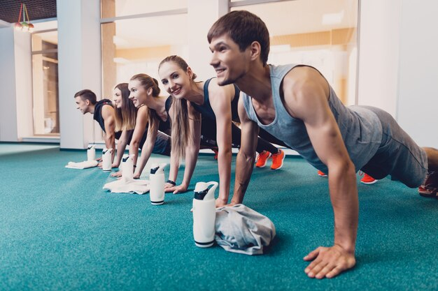 男性と女性のグループで運動をします。