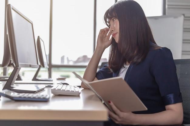 Красивый, стрессовый работник за офисным столом
