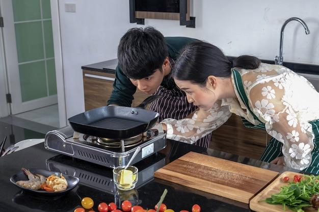 Мужчины и женщины помогают открыть газовую плиту.