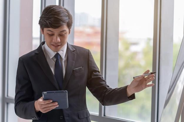 ビジネスの人々はオフィスで仕事を説明しています。
