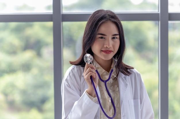 Портрет женского доктора показывая стетоскоп