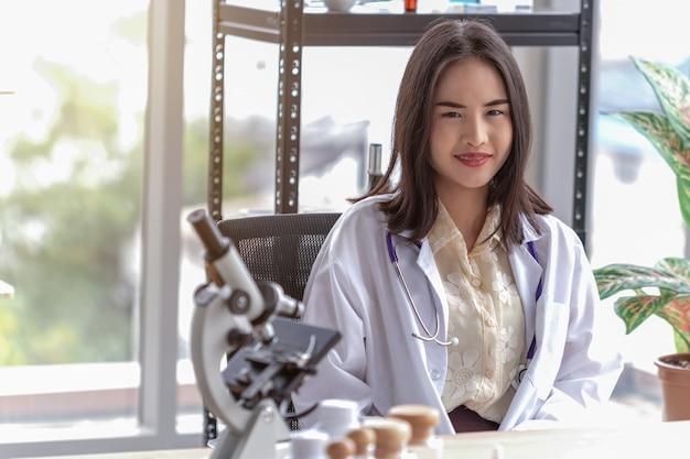 Портрет красивая женщина-врач в офисе