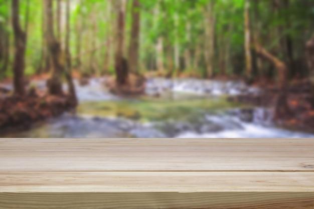 ぼやけた緑の木製テーブル
