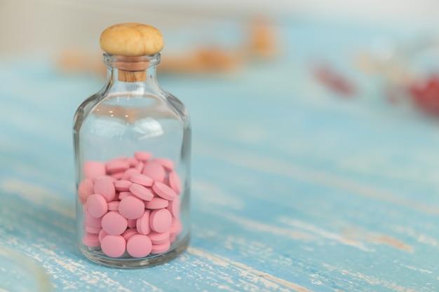 Крупный план бутылок с лекарствами или витаминами
