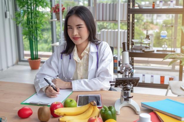 テーブルに記録する女性医師の肖像画