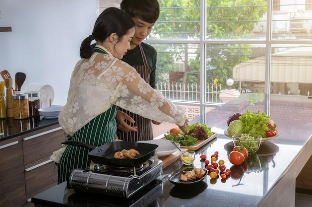 ティーンエイジャーは、キッチンでエビのサラダを作ります。