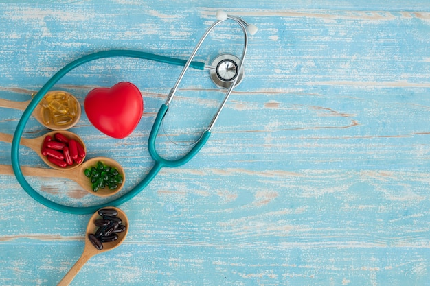 Вид сверху красных сердец и витаминов