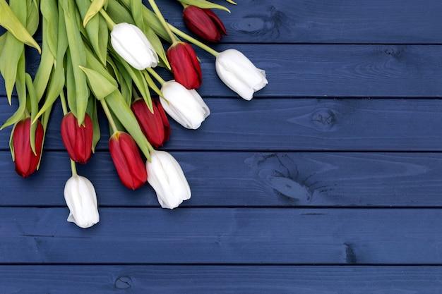木製の背景に素敵なチューリップの花
