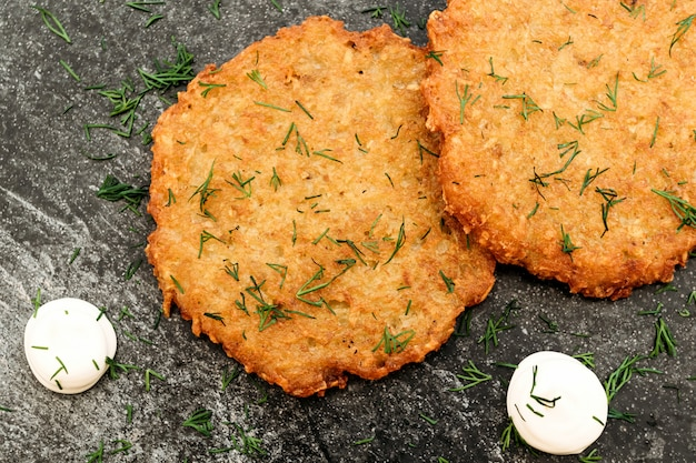ポテトパンケーキ、暗い背景のソース、カフェメニュー、シンプルな国立スラブ料理