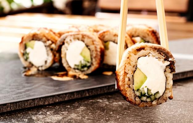 Филадельфия суши с угрем японская, паназиатская кухня, меню
