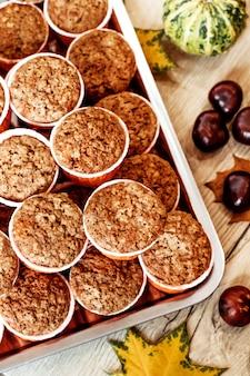 カボチャとニンジンのカップケーキ。健康的な秋のペストリー。カフェのコンセプト、メニュー。