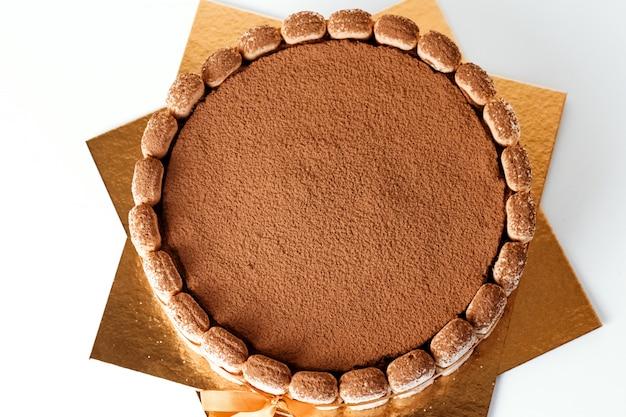 ココア、自家製ケーキと古典的なティラミススポンジケーキ。ティラミスケーキのクローズアップ。