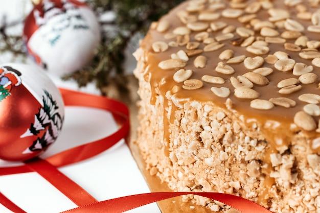 Торт с арахисом и карамелью.